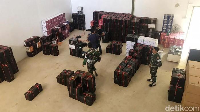 Bea-Cukai dan TNI gerebek gudang miras dan rokok ilegal di Batam (Agus Siswanto/detikcom)
