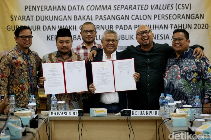 KPU menyerahkan Data Comma Separated Values (CSV) kepada Bawaslu. Hal itu merupakan syarat bakal calon Pilkada 2020.