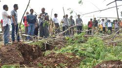 15 Ha Tanah di Batang Ambles Sedalam 50 Cm, 1 Desa Nyaris Terisolir