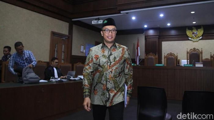 Ada yang berbeda dari penampilan Imam Nahrawi saat jalani sidang lanjutan di Pengadilan Tipikor, Jakarta. Ya, ia terlihat mengenakan peci bertuliskan NU.