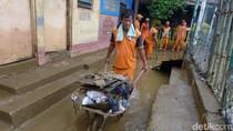 Aksi Bersih-bersih Lumpur Sisa Banjir di Rawajati