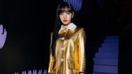 Serba Emas, Penampilan Lisa Blackpink Bersinar di Fashion Show Prada