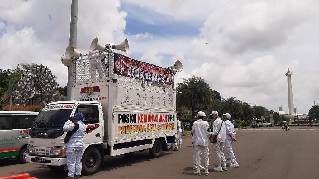 Jelang Aksi 212, Mobil Komando-Ambulance FPI Merapat ke Pintu Monas