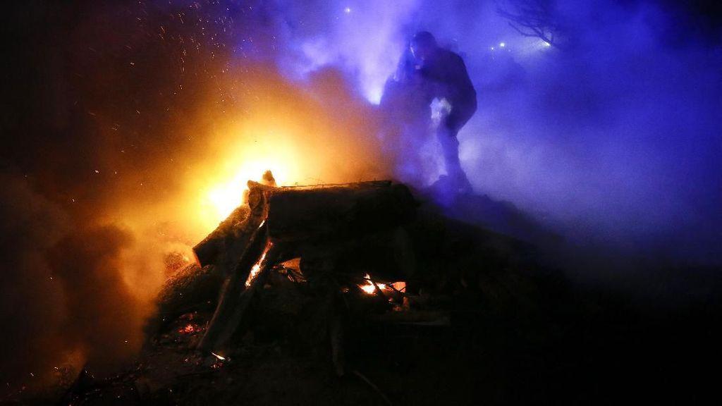 Demonstran Ukraina Ngamuk Serang Bus Angkut Warga yang Dievakuasi dari Wuhan