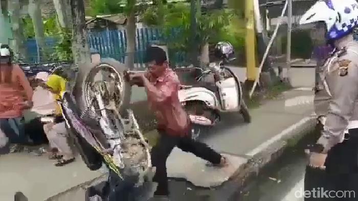 Pemotor banting motor dan dorong polantas karena tak terima ditilang (Screenshot video viral)