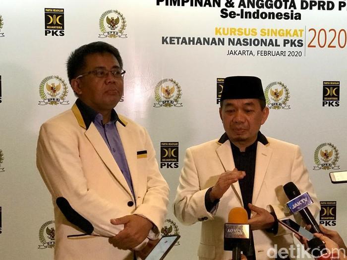 Ketua Fraksi PKS DPR, Jazuli Juawaini, berbicara di dekat Presiden PKS Sohibul Iman. (Zhacky K/detikcom)