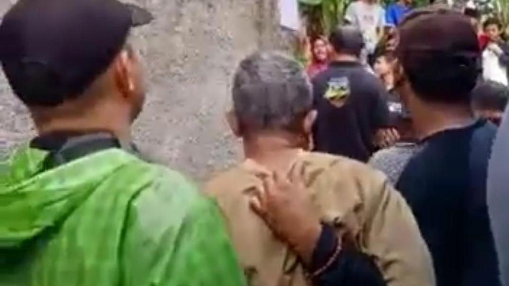 Momen Polisi Tangkap Dukun yang Jadikan Anak Tiri Budak Seks