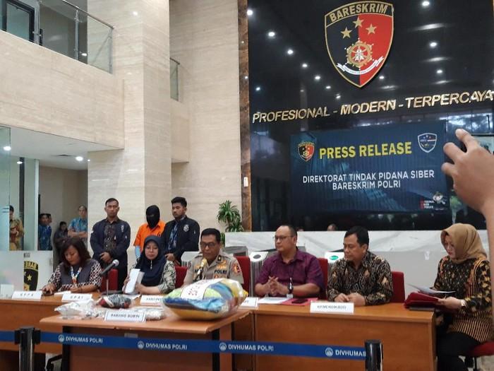 Konferensi pers kasus pencabulan anak oleh pelatih Pramuka