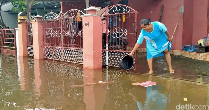 Banjir yang sebelumnya merendam wilayah Pekalongan mulai surut. Warga pun sudah kembali ke rumah dari lokasi pengungsian untuk bersih-bersih sisa banjir.