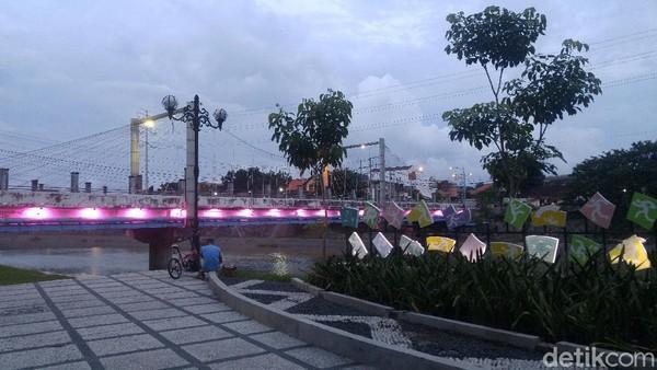 Di Bendungan Plered-nya ada tempat santai berupa taman yang cukup Instagramable. Makin malam, cahaya lampu dari jembatan-jembatan di sana mempercantik suasana. (Angling Adhitya Purbaya/detikcom)