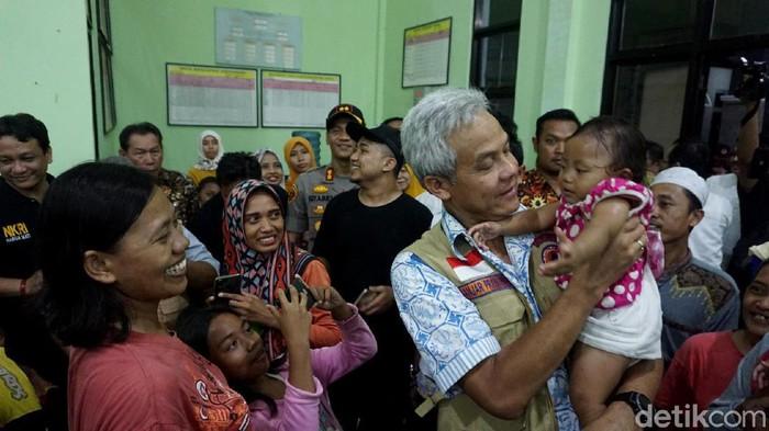 Ganjar Pranowo di posko pengungsian korban banjir di Pekalongan