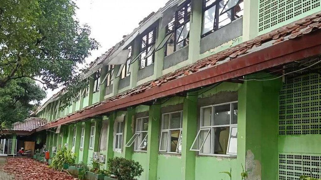 Hujan Disertai Angin Kencang, Atap 8 Ruang Kelas SMKN 24 Bambu Apus Ambruk