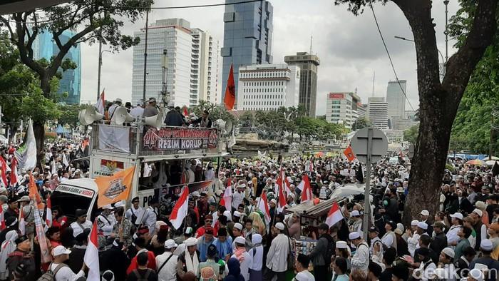 Aksi 212 bawa spanduk Ayo Tumbangkan Rezim Korup (Lisye Rahayu-detikcom)