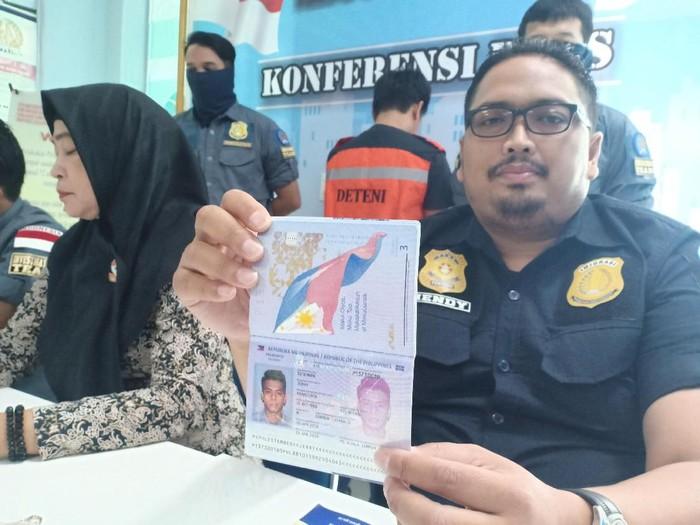 Kantor Imigrasi Parepare deportasi WN Filipina yang masuk RI dengan cara ilegal (Dok. Istimewa)