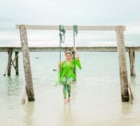 Tak lengkap jika ke pantai tak berfoto ala-ala di ayunan. (marshanda99/Instagram)