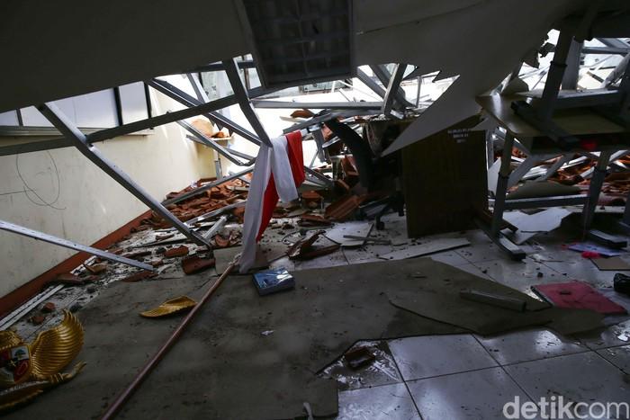 Atap bangunan SMKN 24 Jakarta, Cipayung, Jakarta Timur, roboh, pada Jumat (21/2/2020) pukul 02.45 WIB. Terdapat delapan bangunan kelas yang rusak berat.
