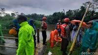 8 Jam Susuri Sungai, Tim SAR Pantang Lelah Cari 4 Siswa SMPN 1 yang Hanyut