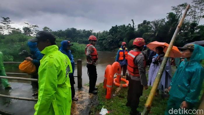 Proses evakuasi siswa SMPN 1 Turi Sleman di Sungai Sempor, Jumat (21/2/2020)