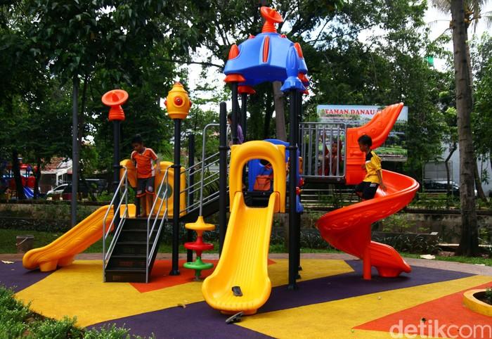 Taman Danau Dampelas di Bendungan Hilir, Jakarta, ramai dikunjungi anak-anak. Pasalnya ada beragam fasilitas permainan yang tersedia di taman itu.