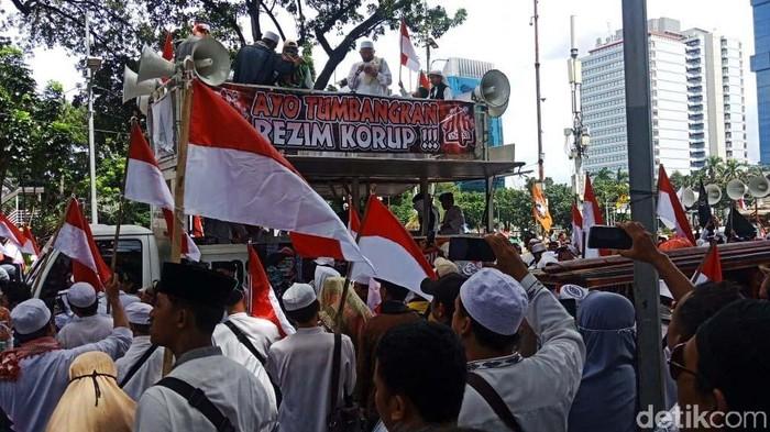 Massa Aksi 212 mulai berdatangan. Mereka memenuhi kawasan Masjid Istiqlal hingga Monas.