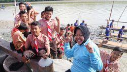 Potret Risma Saat Ikut Tanam Mangrove di Hari Peduli Sampah
