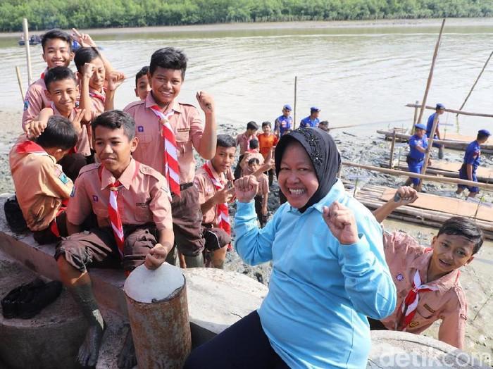 Wali Kota Surabaya Tri Rismaharini dan Wakapolda Jatim Brigjen Pol Djamaludin ikut menamam mangrove di pesisir Surabaya. Kegiatan itu untuk memperingati Hari Peduli Sampah Nasional (HPSN).