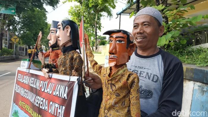 Cipto Raharjo (53) bersepeda keliling Pulau Jawa demi bertemu Presiden Joko Widodo. Pesan apakah yang hendak ia sampaikan kepada presiden?