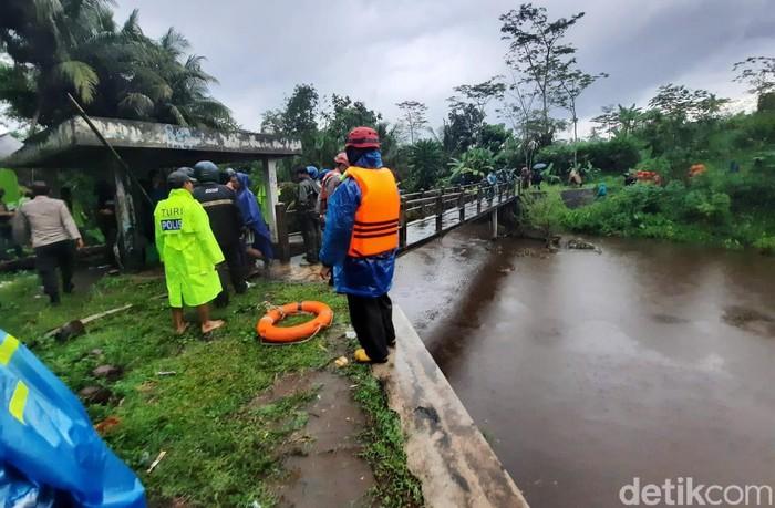 Proses evakuasi sejumlah siswa korban hanyut di Sungai Sempor, Dukuh, Desa Donokerto, Kecamatan Turi, Sleman terus berlanjut, Jumat (21/2/2020). Siswa yang hanyut itu diketahui berasal dari SMPN 1 Turi.