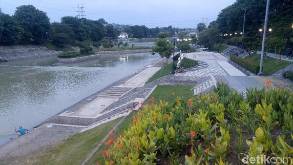 Satu per satu, Banjir Kanal Barat selesai dinormalisasi. Sisi-sisi yang bisa digarap selesai digarap. Jalan inspeksinya difungsikan lagi sebagai ruang aktivitas warga dan dilengkapi jogging track. (Angling Adhitya Purbaya/detikcom)