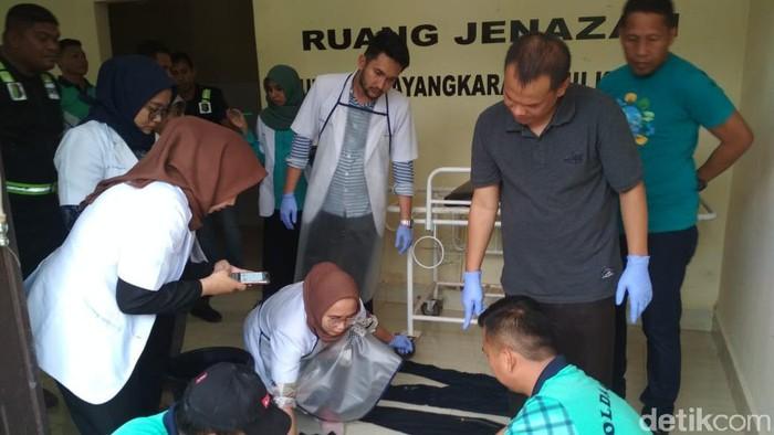 Tim forensik RS Bhayangkara Polda Sulawesi Tenggara memeriksa tulang manusia yang ditemukan tanpa kepala di Buton Selatan.