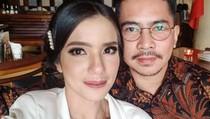 Gaya Keren Dimas Akira, Suami Sheila Marcia Saat Kulineran Seru