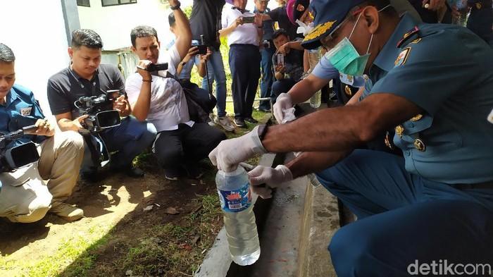Lantamal VIII musnahkan cap tikus hasil razia sebanyak 2.700 liter atau seharga Rp 800 juta (Angelica Rawis/detikcom)
