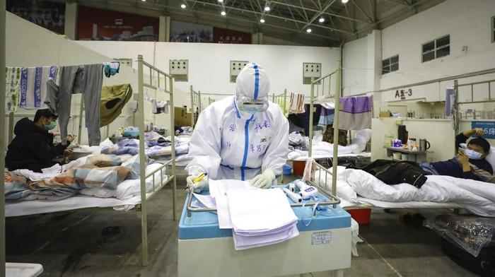 Banyaknya jumlah orang yang postif virus corona di Wuhan membuat sejumlah lokasi disulap jadi rumah sakit darurat. Yuk, lihat aktivitas para pasien di rs itu.