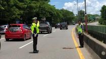 Pritt! Pria Ini Ditilang karena Kemudikan Mobil di Tol Sambil Berdiri