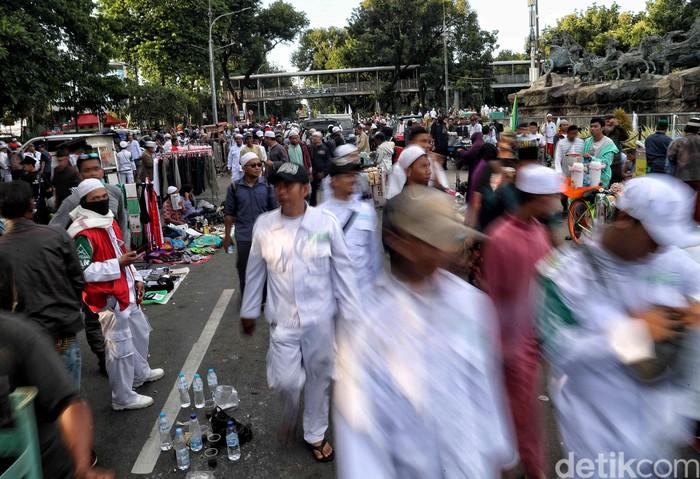 Massa Aksi 212 mulai membubarkan diri. Satu per satu peserta aksi tampak meninggalkan lokasi demo di kawasan Monas.