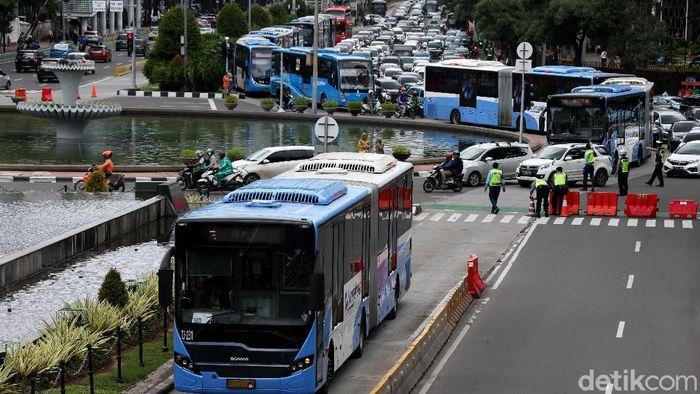 Ruas jalan di sekitar Monas ditutup jelang aksi 212. Walaupun begitu, moda transportasi massal bus TransJakarta tetap beroperasi.