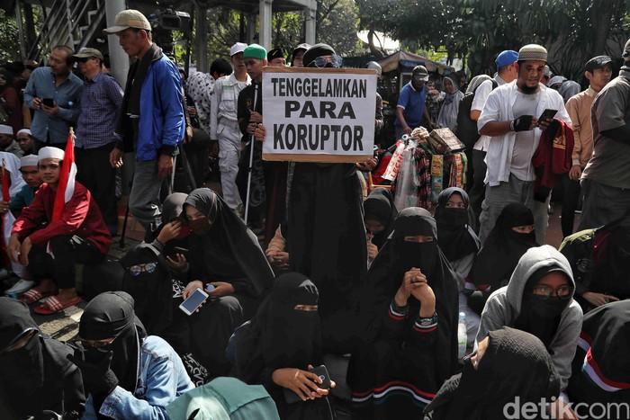 Aksi 212 'Berantas Mega Korupsi Selamatkan NKRI' masih berlangsung hingga sore hari ini. Begini foto-foto suasana terkininya.