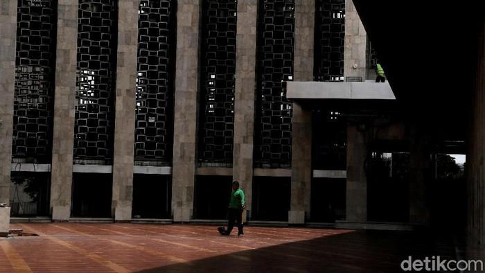 Aksi 212 Berantas Mega Korupsi Selamatkan NKRI diketahui akan digelar selepas Salat Jumat di Monas. Yuk, lihat suasana di Masjid Istiqlal jelang aksi itu.