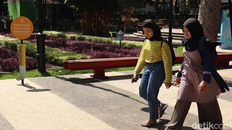 Papan berisi imbauan untuk tidak merokok hiasi kawasan Taman Balai Kota Bandung. Keberadaan papan imbauan itu guna wujudkan Kawasan Tanpa Rokok di Kota Bandung.