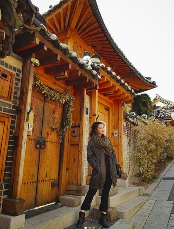 Liburan ke Korea Selatan dia berkunjung ke Bukchon Hanok Village (carlayules/Instagram)