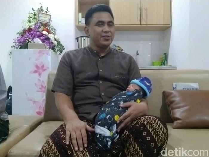Wakil Gubernur Jawa Tengah, Taj Yasin Maimoen menggendong putra keempatnya, Semarang, Jumat (21/2/2020).