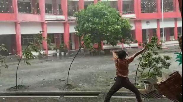 Gokil, Video Pelajar 'Avatar' Asal Blitar Sedang Taklukkan Angin Viral