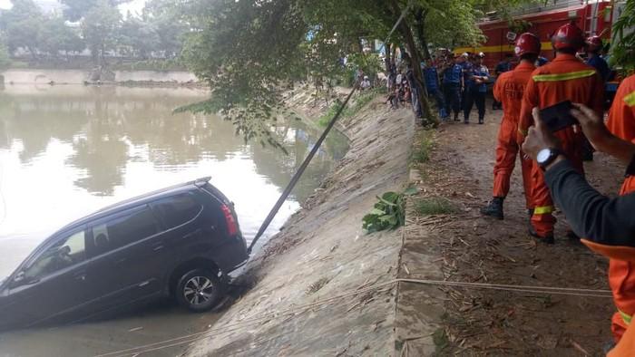 Mobil nyebur ke Setu Mangga Bolong Jagakarsa