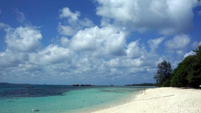 Pantai beralas pasir di Tanjungpinang