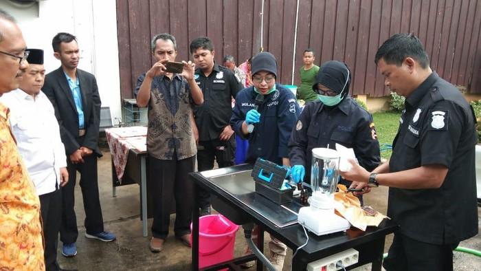 Polisi blender setengah kilo sabu sitaan di Bekasi