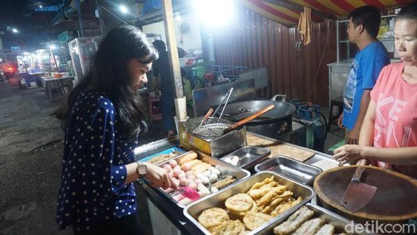 Traveler bisa berkeliling dan memilih dari pedagang mana yang makanannya mau dicoba. Nantinya si pedagang akan mengantarkan makanan yang dipesan ke meja tempat dimana traveler duduk. (Wahyu Setyo/detikcom)