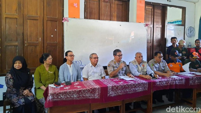 Kabid Humas Polda DIY Kombes Yuliyanto bersama GKR Mangkubumi di SMPN 1 Turi, Sleman, Sabtu (22/2/2020).