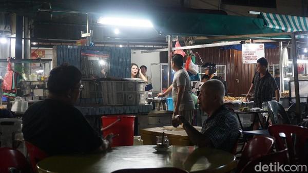 Akau Potong Lembu buka sampai tengah malam. Cocok buat kamu yang suka lapar tengah malam. Wajib coba kalau liburan ke Tanjungpinang. (Wahyu Setyo/detikcom)