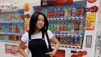 Momen Kuliner Seru Lana Condor yang Suka Mie dan Burger!