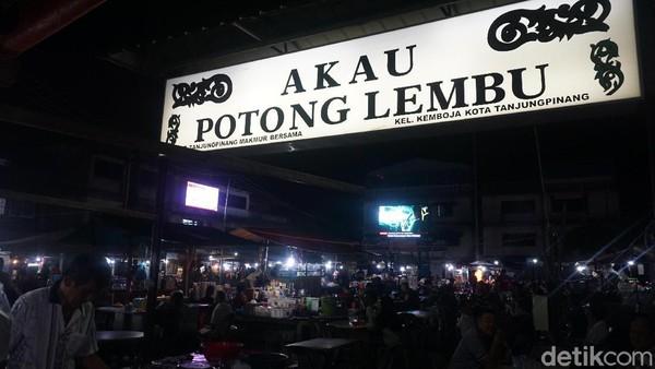 Akau Potong Lembu, begitu nama destinasi kuliner malam di Tanjungpinang. Destinasi ini semacam foodcourt di area terbuka dengan banyak meja dan kursi berjejer. (Wahyu Setyo/detikcom)